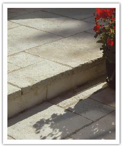 Dalles en Opus Richelieu sur escalier - champagne - en pierre reconstituée