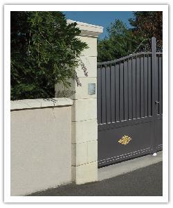Pilier de clôture Amboise et chaperons de murs Tradition - Champagne - en pierre reconstituée