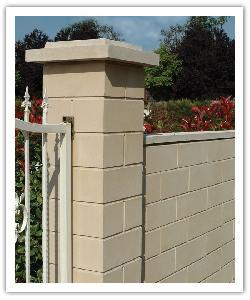 Pilier de clôture PR38 et muret Lisses - Ton pierre - en pierre reconstituée