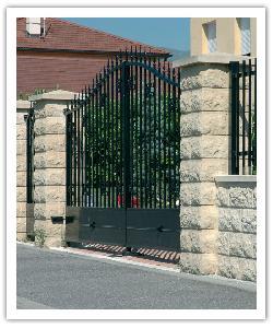 Piliers de clôture Bosselés PB40 et muret Bosselé - Ton pierre - en pierre reconstituée