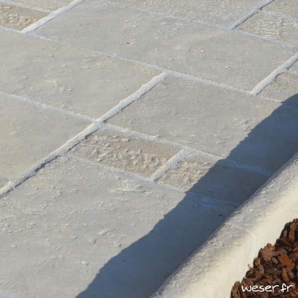 Dallage en opus roman Richelieu et bordure de jardin Richelieu Weser - Aspect vieille pierre - en pierre reconstituée - Coloris Crème
