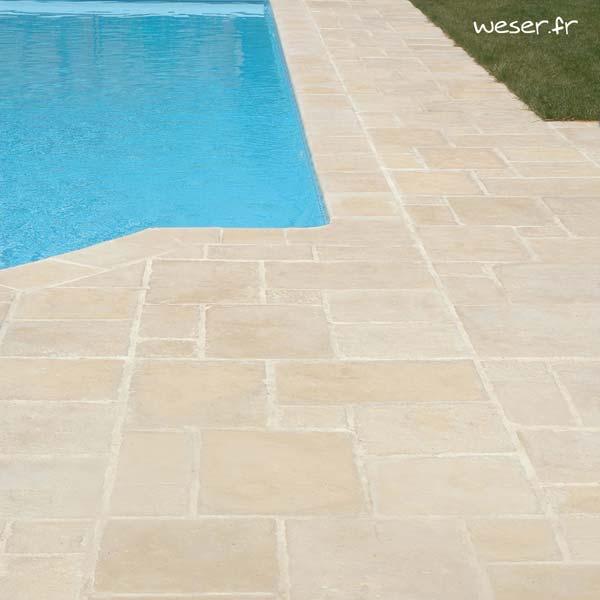 Dallage en opus roman Richelieu et Margelle de piscine Bergerac Weser -Aspect vieille pierre - en pierre reconstituée - Coloris Crème