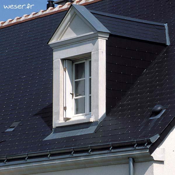 Lucarne de fenêtre à Fronton sans faux joint et corniche Doucine Weser - en pierre reconstituée compactée - Coloris Blanc cassé