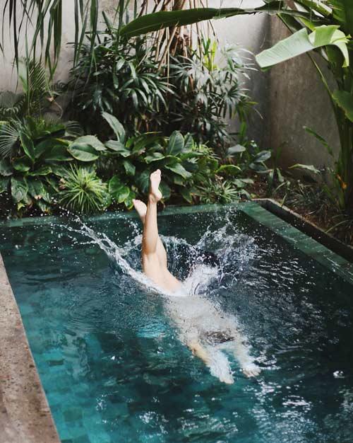 Personne plongeant dans une piscine