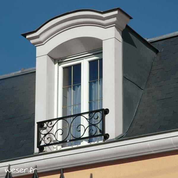 Lucarne de fenêtre à Chapeau de Gendarme sans faux joint et corniche Cache-gouttière Weser - en pierre reconstituée compactée - Coloris Blanc cassé